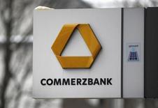 Вывеска с логотипом Commerzbank у отделения банка в Дортмунде 24 января 2013 года. Квартальный убыток Commerzbank превысил прогнозы, так как сокращение среднесрочных прогнозов прибыли негативно повлияло на его налоговый учет. REUTERS/Ina Fassbender