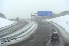 La patronal de las concesionarias de autopistas españolas, Aseta, ha enviado una propuesta al ministerio de Fomento para invertir hasta 1.335 millones de euros en modernizar 16 concesiones maduras a cambio de extender sus plazos de explotación. En la imagen de archivo, vehículos circulan por la autopista nevada A-1 Burgos-Irún, el 5 de febrero de 2012. REUTERS/Félix Ordóñez
