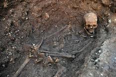 Esqueleto do rei inglês Ricardo 3º é visto em trincheira no local da escavação Grey Friars em Leicester, centro da Inglaterra. Pesquisadores britânicos anunciaram nesta segunda-feira que um esqueleto com crânio rachado e espinha curva, que estava enterrado sob um estacionamento no interior da Inglaterra, são os restos do rei Ricardo 3º. 04/02/2013 REUTERS/Universidade de Leicester/Divulgação