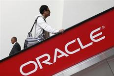 Oracle à suivre sur les marchés américains, après le rachat de l'équipementier réseaux ACME PACKET pour environ 1,9 milliard de dollars. /Photo prise le 1er octobre 2012/REUTERS/Stephen Lam