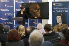La osteóloga Jo Appleby durante una conferencia de prensa en Leicester, Inglaterra, feb 4 2013. Investigadores británicos confirmaron el lunes que un esqueleto con el cráneo partido y la columna vertebral torcida enterrado bajo un estacionamiento es el de Ricardo III, resolviendo un misterio de 500 años sobre el lugar final de descanso del último rey inglés que murió en batalla. REUTERS/Darren Staples