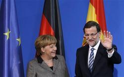 La canciller alemana, Angela Merkel, dijo el lunes al presidente del Gobierno español, Mariano Rajoy, que tenía plena confianza en la capacidad de su Gobierno para impulsar las reformas necesarias para superar la crisis económica que vive el país. En la imagen, Merkel junto a Rajoy en rueda de prensa en Berlín el 4 de febrero de 2013. REUTERS/Tobias Schwarz
