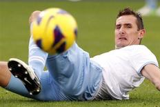 En raison d'une blessure contractée dimanche avec son club de la Lazio, l'attaquant international allemand Miroslav Klose sera absent mercredi lors du match amical face aux Bleus. /Photo d'archives/REUTERS/Giampiero Sposito