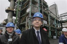 Arnaud Montebourg lors d'une visite de la plateforme chimique de Roussillon, dans le Vaucluse. Le ministre du Redressement productif a annoncé lundi la préparation d'un contrat de filière pour la chimie française destiné à défendre ses intérêts et ses emplois via notamment un approvisionnement énergétique sécurisé et compétitif, dont potentiellement le gaz de houille. /Photo prise le 4 février 2013/REUTERS/Robert Pratta