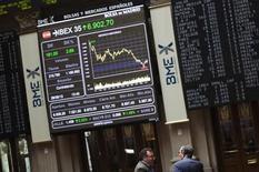 La bolsa española cerró con su mayor caída desde finales de septiembre pasado acompañada por una escalada de la prima de riesgo en un clima negativo ante varios factores domésticos y externos que influyeron sobre el ánimo de los inversores, particularmente de los no residentes. En la imagen de archivo, unos operadores en la Bolsa de Madrid, el 29 de junio de 2012. REUTERS/Susana Vera