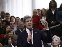 John Kerry a pris lundi ses fonctions de secrétaire d'Etat succédant à Hillary Clinton à la tête de la diplomatie américaine, un poste qu'il a toujours jugé fait pour lui après 28 années à la Commission des affaires étrangères du Sénat. /Photo prise le 4 février 2013/REUTERS/Gary Cameron