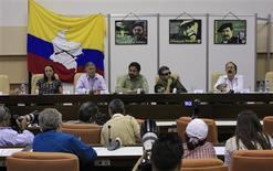 Imagen de archivo de los integrantes del grupo de negociación de las Fuerzas Armadas Revolucionarias de Colombia (FARC) durante una conferencia de prensa en La Habana, ene 24 2013. La guerrilla de las FARC negó el lunes una crisis en el diálogo de paz que mantiene con el Gobierno colombiano en Cuba y dijo que el reciente recrudecimiento de los actos de guerra hacen parte del conflicto interno que intentan solucionar. REUTERS/Enrique De La Osa