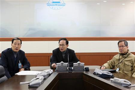 South Korea's President Lee Myung-bak (C) talks with officials at an underground bunker, which is the national crisis management center at the presidential Blue House in Seoul in this picture provided by the Blue House on February 3, 2013. REUTERS/Blue House/Handout
