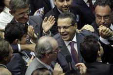 O deputado Henrique Eduardo Alves (PMDB) reage ao ser cumprimentado por outros deputados após ser eleito o novo presidente da Câmara dos Deputados, em Brasília. 4/02/2013 REUTERS/Ueslei Marcelino