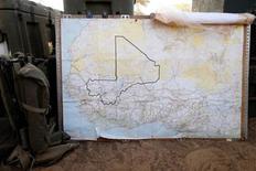 Los rebeldes tuaregs del norte de Mali dijeron el lunes que han capturado a dos líderes insurgentes islamistas que huían de los ataques aéreos franceses hacia la frontera con Argelia, mientras Francia proseguía con su campaña de bombardeos contra los campamentos de Al Qaeda en el desierto del Sáhara. En la imagen, un mapa de Mali en el campamento militar francés en el aeropuerto de Tombuctú, el 3 de febrero de 2013. REUTERS/Benoit Tessier