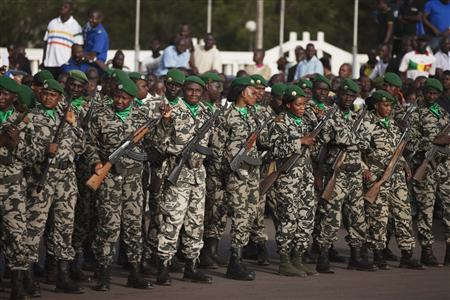 Malian soldiers stand guard before the arrival of France's President Francois Hollande at Independence Plaza in Bamako, Mali February 2, 2013. REUTERS/Joe Penney