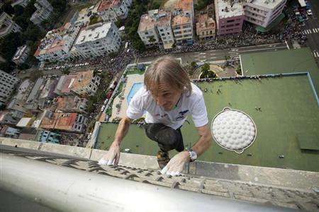 Alain Robert of France, who is known as ''Spiderman'', climbs up the Habana Libre hotel in Havana February 4, 2013. REUTERS/Ramon Espinosa/Pool