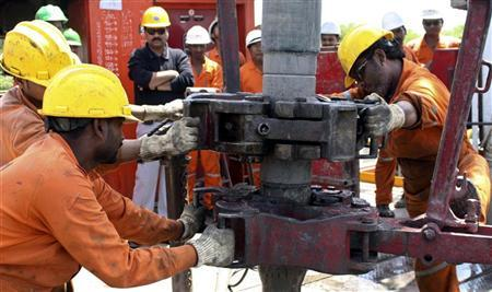 Engineers of Oil and Natural Gas Corp (ONGC) work inside the Kalol oil field in Gujarat September 12, 2009. REUTERS/Amit Dave/Files