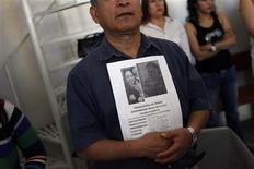 La potente explosión el jueves en la sede administrativa de la petrolera mexicana Pemex, una de las peores tragedias de la compañía en los últimos años que causó al menos 37 muertos, se debió a una acumulación de gas en los sótanos de uno de los edificios del recinto y no a explosivos. En la imagen del 4 de febrero, un hombre muestra un cartel con los datos y la imagen de María de la Cruz Canales Gutiérrez, empleada de Pemex desaparecida desde la explosión, durante una misa en Ciudad de México. REUTERS/Edgard Garrido