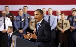 El presidente de Estados Unidos, Barack Obama, presionó al Congreso el lunes para que al menos celebre una votación sobre la prohibición de las armas de asalto, la parte más polémica de su plan para frenar la violencia por las armas. Imagen de Obama en su intervención el 4 de febrero en una visita al departamento de policía de Mineápolis, en Minesota. REUTERS/Kevin Lamarque