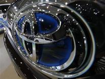 Toyota, premier constructeur mondial, a augmenté de plus de 10% sa prévision de bénéfice net pour l'exercice 2012-2013, à 860 milliards de yens (6,9 milliards d'euros), en raison de ventes soutenues réalisées aux Etats-Unis, son premier marché, et de la baisse du yen. /Photo d'archives/REUTERS/Kim Kyung-Hoon