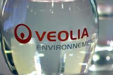 Veolia Environnement, à suivre mardi à la Bourse de Paris. Deutsche Bahn, la société allemande des chemins de fer, a approuvé le rachat pour environ 200 millions d'euros des services de bus de Veolia Transdev en Europe de l'Est. /Photo d'archives/REUTERS/Charles Platiau