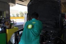 BP fait d'un bénéfice au 4e trimestre supérieur aux attentes, grâce notamment aux performances de la division raffinage du géant pétrolier britannique, qui se prépare au procès, prévu plus tard dans le mois, lié à la marée noire de 2010 dans le golfe du Mexique. /Photo d'archives/REUTERS/Jumana ElHeloueh
