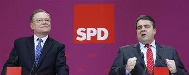 Leader of German Social Democratic Party (SPD) Sigmar Gabriel (R) and SPD top candidate in the Lower Saxony state elections Stephan Weil address the media before the weekly party board meeting in Berlin January 21, 2013. REUTERS/Tobias Schwarz