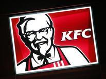 Вывеска KFC в пригороде Сиднея 27 апреля 2012 года. Американская Yum! Brands, специализирующаяся на сетях быстрого питания, планирует продолжать быстрый рост в России и СНГ и довести выручку почти до $1 миллиарда в год к 2015 году. REUTERS/Tim Wimborne