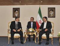 Il presidente egiziano Mohamed Mursi e quello iraniano Mahmoud Ahmadinejad in un summit a Teheran in un'immagine d'archivio. REUTERS/Handout