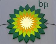 Логотип BP на заправке компании в Санкт-Петербурге 18 октября 2012 года. Прибыль британской нефтяной компании BP Plc в четвертом квартале превысила прогнозы аналитиков, частично благодаря рекордным показателям ее перерабатывающего подразделения. REUTERS/Alexander Demianchuk