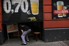 El sector servicios se contrajo en España en enero a su ritmo más lento desde junio de 2011, aunque las empresas despidieron a más trabajadores mientras tratan de generar crecimiento en medio de una caída en la demanda interna, según un sondeo difundido el martes. En la imagen, un hombre entra en un bar en Sevilla el 16 de enero de 2013. REUTERS/Marcelo del Pozo