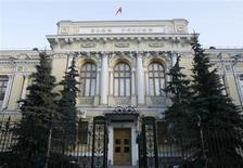 Здание Банка России в Москве 19 декабря 2008 года. Банк России пойдет на краткосрочное повышение процентных ставок в случае нарастания инфляционных рисков, которое может быть вызвано, например, обесценением курса рубля на фоне внешних шоков, предупреждает регулятор. REUTERS/Sergei Karpukhin