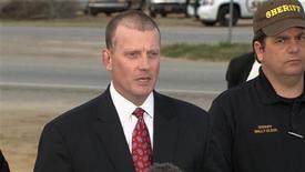 Las fuerzas de seguridad de Estados Unidos irrumpieron en un búnker subterráneo en una zona rural de Alabama para rescatar a un niño de cinco años que estuvo secuestrado durante casi una semana y mataron a su captor. En la imagen, el agente del FBI Steve Richardson habla a la prensa cerca de Midland City, en Alabama, el 4 de febrero de 2013. REUTERS/NBC/Handout