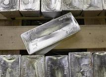 Слитки серебра на заводе компании Argor-Heraeus SA в швейцарском городе Мендризио 13 ноября 2008 года. Цены на платину и палладий снизились, отступив от многомесячных максимумов на фоне фиксации прибыли, а котировки золота малоподвижны. REUTERS/Arnd Wiegmann