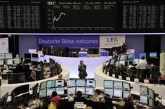 Трейдеры на торгах фондовой биржи во Франкфурте-на-Майне 1 февраля 2013 года. Европейские акции растут во вторник благодаря отчетам таких компаний как ARM и BP после резкой распродажи накануне. REUTERS/Remote/Janine Eggert