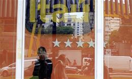 Guarda de segurança caminha diante da entrada da agência do banco Itaú na avenida Paulista, em São Paulo, em outubro de 2011. O Itaú Unibanco, maior banco privado do país, encerrou o quarto trimestre com queda no lucro líquido, mas com melhora em índices de inadimplência e expectativa de avanço de dois dígitos na carteira de crédito em 2013. 13/10/2011 REUTERS/Nacho Doce