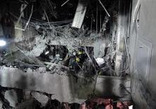 Bombeiros trabalham no local da explosão na sede da gigante petrolífera mexicana Pemex, na Cidade do México. O governo mexicano disse que um vazamento de gás causou a explosão que matou pelo menos 37 pessoas na sede da estatal petrolífera Pemex. 02/02/2013 REUTERS/Stringer