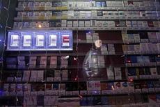 Витрина палатки с сигаретами в Красноярске 24 января 2013 года. Инфляция в РФ ускорилась в январе 2013 года до 7,1 процента в годовом выражении по сравнению с 6,6 процента в декабре и 4,2 процента в январе 2012 года. REUTERS/Ilya Naymushin