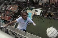 """Francês Alain Robert, conhecido como """"Homem-aranha"""", escala o hotel Habana Libre, em Havana. 04/02/2013 REUTERS/Stringer"""