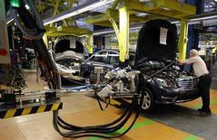 La economía de la zona euro ha dado un giro, según un sondeo publicado el martes que mostró que las empresas son más optimistas sobre el futuro, pero el resultado revela la creciente brecha entre las economías de la región. En la imagen, unos trabajadores en una línea de ensamblaje de Mercedes-Benz clase C en Stuttgart, el 5 de febrero de 2013. REUTERS/Michael Dalder