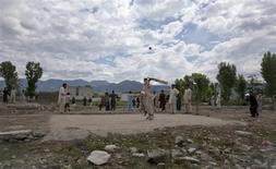 """Дети играют в крикет на месте снесенной виллы Усамы бен Ладена в Абботтабаде 1 мая 2012 года. Пакистан планирует построить парк аттракционов и центр активного отдыха стоимостью $30 миллионов на окраине северо-западного городка Абботтабад, известного тем, что именно там американские спецслужбы уничтожили в 2011 году """"террориста №1"""" Усаму бен Ладена. REUTERS/Mian Khursheed"""