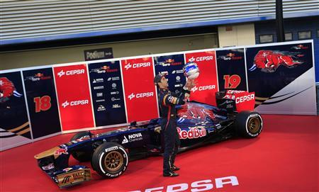 Toro Rosso Formula One driver Daniel Ricciardo of Australia plays with his helmet next to the STR8 during the official presentation of the Toro Rosso Formula One Team 2013 at the Jerez racetrack in southern Spain February 4, 2013. REUTERS/Marcelo del Pozo