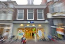 El grupo de telecomunicaciones holandés KPN planea recortar su deuda con una petición de 4.000 millones de euros a sus accionistas, dijo el martes la empresa, que reportó pérdidas netas en el cuarto trimestre. En la imagen de archivo, una tienda de KPN en Haarlem, Holanda, el 31 de mayo de 2012. REUTERS/Paul Vreeker/United Photos