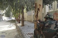 """Imagen de archivo de un soldado leal al Gobierno del presidente sirio, Bashar al-Assad, en Darya cerca de Damasco, feb 4 2013. Los líderes de los países islamistas reunidos en El Cairo le pedirán al presidente sirio, Bashar al-Assad, que se comprometa en la declaración final del encuentro a un """"diálogo serio"""" con la oposición, informó el martes la televisora panárabe Mayadeen Television, citando lo que dijo que era un borrador del texto. REUTERS/SANA/Handout Imagen para uso no comercial, ni ventas, ni archivos. Solo para uso editorial. No para su venta en marketing o campañas publicitarias. Esta imagen fue entregada por un tercero y es distribuida, exactamente como fue recibida por Reuters, como un servicio para clientes."""