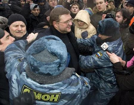 Members of the special police detain Nikita Belykh in central Moscow March 3, 2008. REUTERS/Shamil Zhumatov/Files
