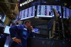 Las acciones estadounidenses subían el martes, recuperando terreno tras sufrir en la sesión anterior sus peores caídas desde noviembre. En la imagen, un operador en la Bolsa de Nueva York, el 4 de febrero de 2013. REUTERS/Eric Thayer
