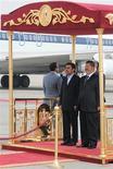 El presidente iraní, Mahmoud Ahmadinejad (a la izquierda en la imagen), junto a su homólogo egipcio, Mohamed Mursi, en El Cairo, feb 5 2013. El presidente iraní, Mahmoud Ahmadinejad, llegó el martes a Egipto en la primera visita de un jefe de Estado de Irán desde la revolución islámica de 1979, poniendo de manifiesto el deshielo de las relaciones desde la elección del islamista Mohamed Mursi como jefe de Estado en Egipto. REUTERS/Egyptian Presidency/Handout Imagen para uso no comercial, ni ventas, ni archivos. Solo para uso editorial. No para su venta en marketing o campañas publicitarias. Esta imagen fue entregada por un tercero y es distribuida, exactamente como fue recibida por Reuters, como un servicio para clientes.