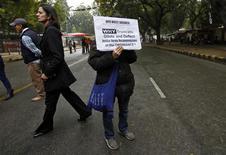 Un manifestante sostiene una pancarta para pedir penas más duras y juicios más rápidos en casos de violación en India, feb 4 2013. El juicio a cinco hombres acusados de violar en grupo y asesinar a una joven en un autobús en Nueva Delhi comenzó el martes con el testimonio a puerta cerrada del amigo de la víctima, que compareció en la sala en silla de ruedas, convaleciente de las heridas sufridas en el ataque. REUTERS/Mansi Thapliyal