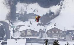 La estadounidense Lindsey Vonn sufrió un importante accidente el martes en el 'slalom' supergigante en la jornada inaugural del mundial de esquí alpino. En la imagen, la esquiadora estadounidense Lindsey Vonn es evacuada en helicóptero depsués de un accidente durante la carrera de superG del Mundial de esquí alpino en Schladming, Austria, el 5 de febrero de 2013. REUTERS/Dominic Ebenbichler