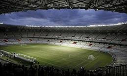 La empresa encargada de acondicionar el estadio Mineirao para el Mundial de 2014 fue multada con un millón de reales brasileños (más de 418.000 euros) por una serie de defectos serios que quedaron a la luz en la reapertura del estadio el pasado fin de semana. En la imagen de archivo, vista del estadio Mineirao durante su inauguración, en Belo Horizonte, el 21 de diciembre de 2012. REUTERS/Washington Alves
