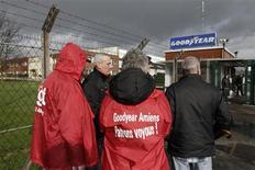 La CGT a fait mardi une ouverture pour sauver l'usine Goodyear d'Amiens-Nord, où près de 1.200 emplois sont menacés. La confédération, qui est ultra-majoritaire à Amiens-Nord (80%), se dit prête à valider un projet de reprise par Titan international si le groupe américain s'engage à poursuivre la production de pneus agricoles sur le site. /Photo prise le 31 janvier 2013/REUTERS/Pascal Rossignol