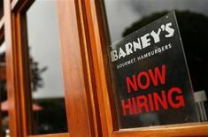 Imagen de archivo de un anuncio de empleo en un restaurante en San Francisco, jun 3 2010. El sector servicios de Estados Unidos creció en enero para anotar su tercer año de expansión mensual, pero el ritmo de aumento se moderó ligeramente desde el mes anterior, de acuerdo con un reporte divulgado el martes. REUTERS/Robert Galbraith