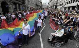 La cosa mejora para los jóvenes gays, lesbianas y bisexuales (LGB) a medida que el acoso que sufren en el inicio de su adolescencia se desvanece cuando van creciendo, según un estudio sobre los insultos, amenazas y la violencia que afrontan los adolescentes en Inglaterra. En la imagen, desfile del Orgullo Gay en Londres en 2011. REUTERS/Paul Hackett