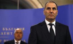 Bulgaria acusó el martes al movimiento armado libanés Hezbolá de realizar un atentado contra un autobús en la localidad de Burgas, en el mar Negro, que mató a cinco turistas israelíes el pasado julio. En la imagen, el ministro búlgaro del Interior, Tsvetan Tsvetanov (derecha) durante una rueda de prensa junto al primer ministro Boiko Borisov en Sofía, el 5 de febrero de 2013. REUTERS/Stoyan Nenov